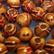 Holzperle, Rund, 7mm, rote Striche und braune Vierecke