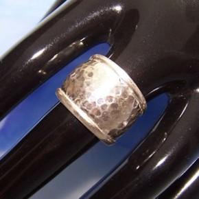 Fingerring aus Silber, Gehämmert mit Rand, 950 Silber